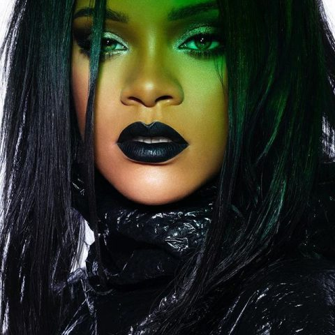 Rihanna Shows Us How To Pull Off A Black Lipstick And Eyeliner